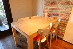 ゆったりとしたテーブル席でゆっくりとお食事を!