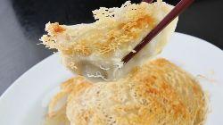 肉汁滴るジューシーな味わいの「焼き餃子」は人気の一品