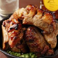 一晩たれに漬け込んだお肉をオーブンで焼き上げる特製スペアリブ