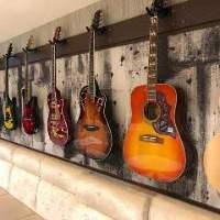 店内にあるギターで演奏もOK!もちろんギターに触れるのもOK!