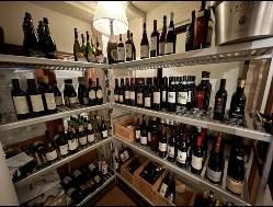 ウオークインセラーで管理の豊富なイタリアワイン