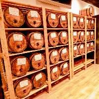 当店自慢の店内にずらりと並ぶ30種類以上の『樽ワイン』!!