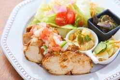 シェフのおすすめ肉料理・魚料理。ランチはスープとライスつき!