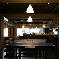 アンティークの家具にこだわる、世界初の卓球バー