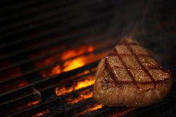 厳選の肉を備長炭の炭火焼と熟練の技術で焼き上げます。