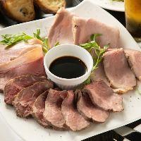 多彩な味わいが楽しめるローストビーフの5種盛りは人気の逸品