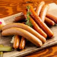 ドイツ製ソーセージを頬張れば肉汁がお口に弾けます!