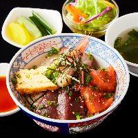 ランチは旬魚の海鮮丼や各種定食をご用意◎