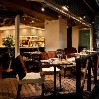 美酒片手にのんびりお過ごしいただける開放的なテラス席が人気