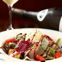 ワインの種類は豊富に揃えています。季節の一品と共に・・・