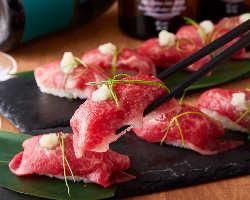 【和牛炙り肉寿司】 肉々しい旨味とコクが存分に味わえる