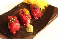 創作肉料理も豊富にございます!霜降3貫の肉寿司はとろけます◎
