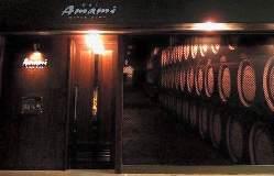 入り口にはウイスキーのフォトスクリーン。蒸留所の貯蔵庫のよう
