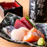 お刺身は4種類以上ご用意。その日に仕入れた新鮮魚介をご堪能!