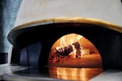 イタリア・ナポリから輸入した本格薪窯で出来立てをお届け。