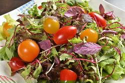 三浦の農家さんから仕入れる色とりどりの地野菜