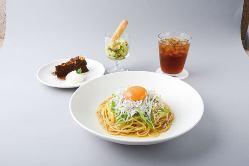 地元の新鮮野菜を用いた料理の数々をカジュアルに楽しめる。