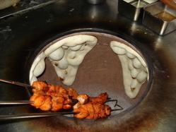 300度のダンドール。 高熱のタンドールで焼く絶品チキン。