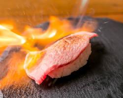 当店は最初の注文は「肉寿司」が定番!まずはお試しあれ♪