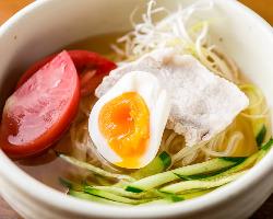 コシがある麺が特徴の盛岡冷麺はツルツルっと〆にぴったりの一品