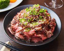 柔らかローストビーフと土佐生姜ソースが絶品!ローストビーフ丼