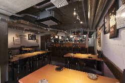 希少な酒蔵の前掛けが飾られた店内。日本酒選びも楽しくなります