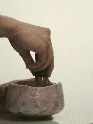 日本茶は一つ一つ丁寧に茶筅で点てています