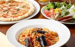 ピッツァ食べ放題+ドリンクは、メニュー金額+380円(税別)