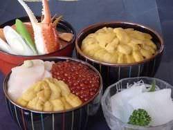 手前左:元祖函館巴丼(うに・いくら・ほたて)
