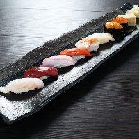 カウンターの目の前で職人が握る寿司はお好きなネタを一貫から。