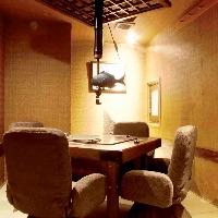 囲炉裏付きの個室。いす席でゆっくりと