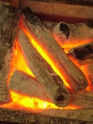 備長炭の爆ぜる音を聞きながら…。美味しいひと時を…。