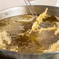 目の前で調理する アツアツさくさくの揚げ立て天ぷら。