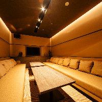 最大12名収容可能の対面式ゆったりソファー個室/カラオケ機完備