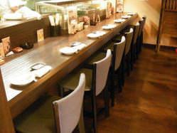 オープンキッチンの見えるカウンター席は大人気です。