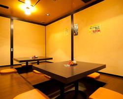 個室は最大14名様迄収容可。 宴会には最適な空間です。