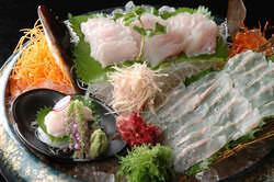 旬の活魚の御造りは絶品です。
