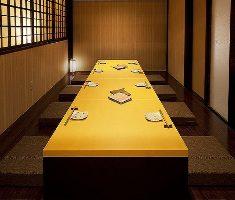 ゆったりと広い個室掘りごたつ席。接待・会食に最適です。