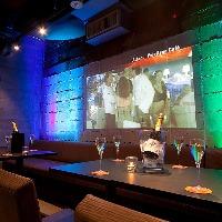 【結婚式二次会に◎】 打ちっ放しの壁が80インチスクリーンに!