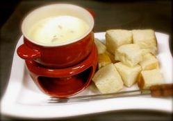 チーズの中には小エビとマッシュルーム。自家焼のパンにつけて。