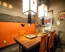 隠れ家のような当店は客で賑わう店内 落ち着く個室も完備