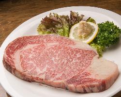 赤みの美味しさに驚き!池田産の牛ロースステーキ