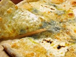 ◆大人気!4種のチーズとハチミツの絶品ピザ♪