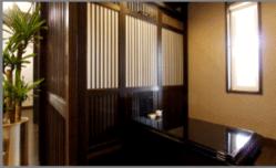 """""""和""""の趣を随所で感じられる、ゆったりとくつろげる空間。"""