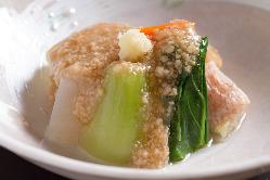 季節の野菜を使った「鶏そぼろあんかけ」。