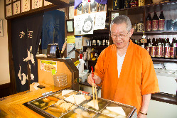 1944年生まれの店主は機知に富み、日本酒をこよなく愛する。