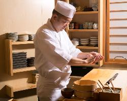 二代目店主・小伊勢貴洋氏は、「技」は厳しく、「心」は優しい。