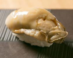 計られた下ごしらえと味付けで味わう厚岸産の牡蠣の握り。