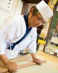 長年培ってきた勘と技で、手際よく蕎麦を仕立て上げる。