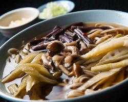 素材ごとに味付けを変え、風味や食感が存分に楽しめる山菜蕎麦。